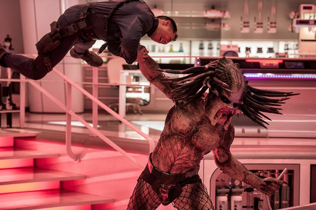 the predator 2018 review - predator attacks